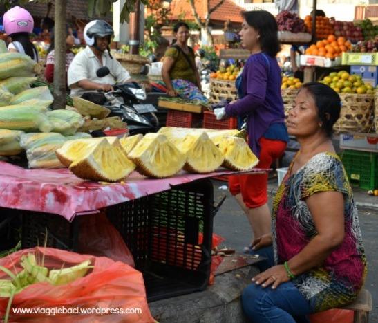 Bali, mercato di Denpasar con frutta tropicale